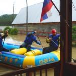 Спасатели плавают по участку